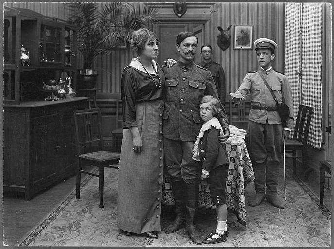 Dans un salon, Madame Gréhan, son mari et leur enfant reçoivent un billet de la main d'un soldat