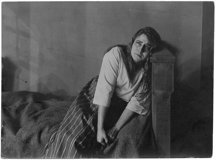 Madame Gréhan pleure dans son lit