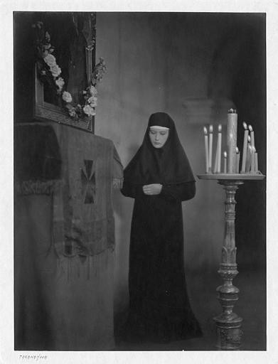 Édith Jéhanne dans le rôle de Soeur Dosithée en prière dans 'Tarakanova' de Raymond Bernard
