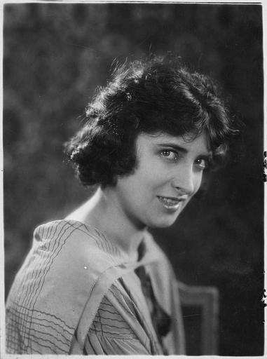 Portrait d'une femme de trois quart, souriante