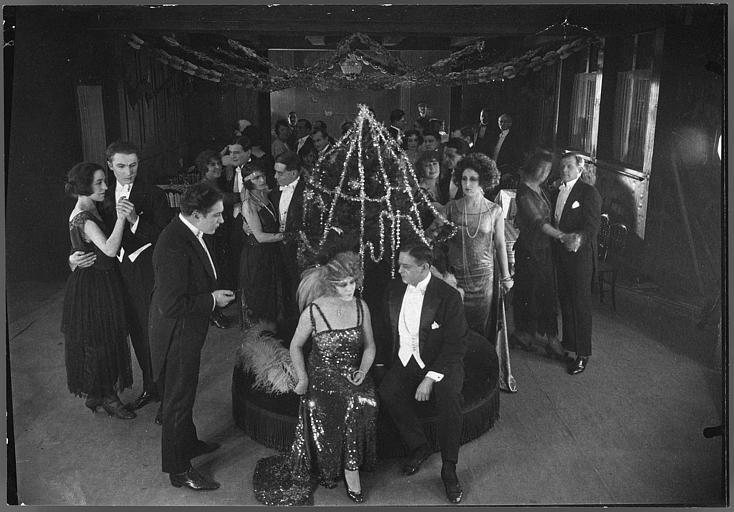 Nelly Muriel, Rita Jolivet, Jean Toulout, Gabriel de Gravone dans une scène de bal dans 'Le mariage de minuit' d'Armand du Plessy