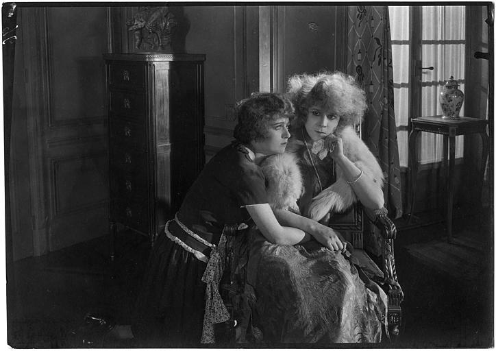 Deux femmes dont Nelly Muriel assises dans un salon dans 'Le mariage de minuit' d'Armand du Plessy