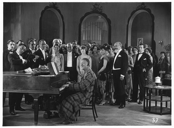 Un clown jouant du piano entouré de plusieurs personnages