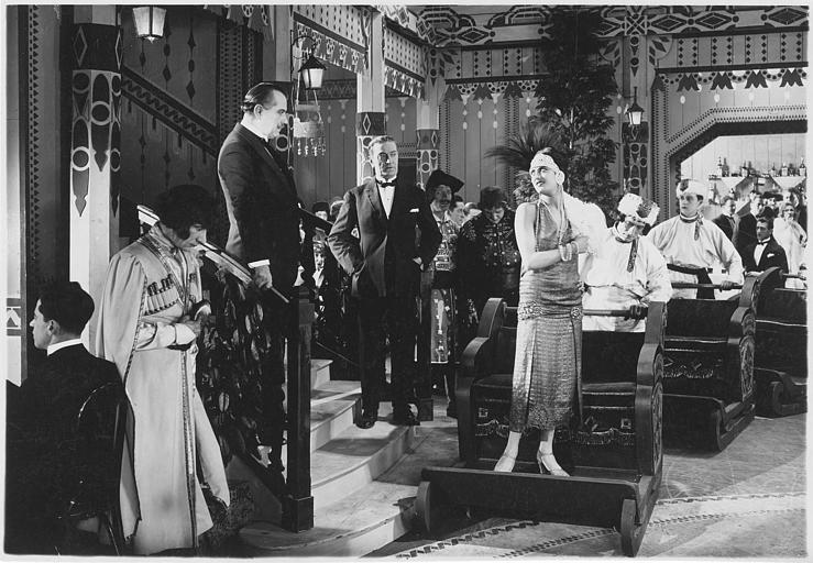 Dans un music-hall Maria Dalbaicin est La Kowa et Albert Decoeur est le colonel Dorevnik dans'Mylord l'Arsouille' de René Leprince
