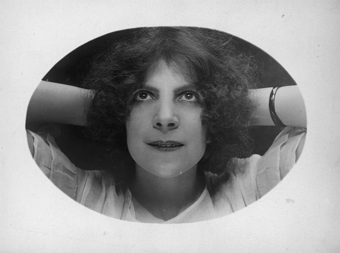 Portrait de Céline James avec les mains derrière la tête