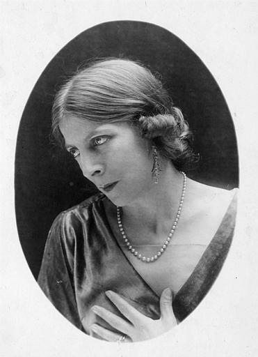 Portrait d'une femme de trois quart avec un collier de perle