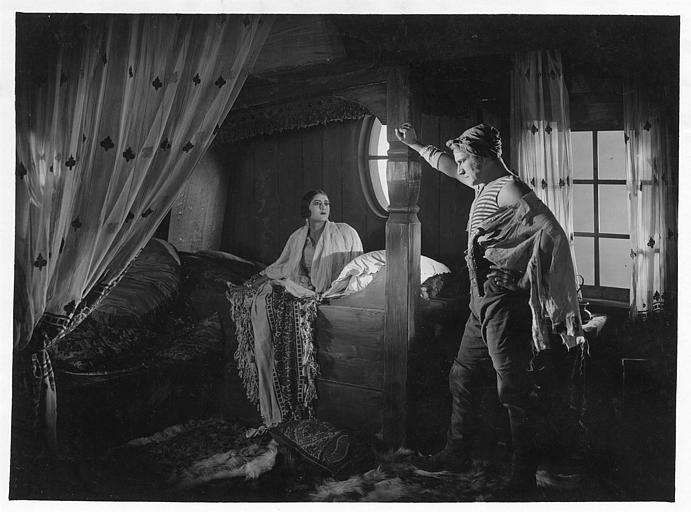 Jean Angelo dans le rôle de Surcouf est dans la cabine de Nadiana dans 'Surcouf' de Luitz-Morat