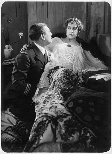 Nathalie Kovanko dans le rôle d'Hélène, allongée sur un lit en compagnie d'un officier dans 'Jean d'Agrève' de René Leprince