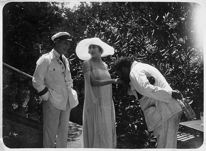 Nathalie Kovanko dans le rôle d'Hélène, accompagnée de deux hommes dont un lui baise la main dans 'Jean d'Agrève' de René Leprince