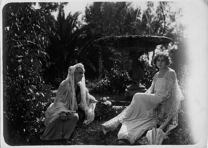 Nathalie Kovanko dans le rôle d'Hélène et une femme plus âgée assises dans un jardin dans 'Jean d'Agrève' de René Leprince