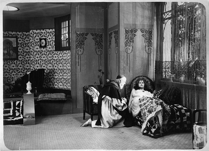 Nathalie Kovanko dans le rôle d'Hélène, couchée sur un lit en compagnie d'un prêtre dans 'Jean d'Agrève' de René Leprince