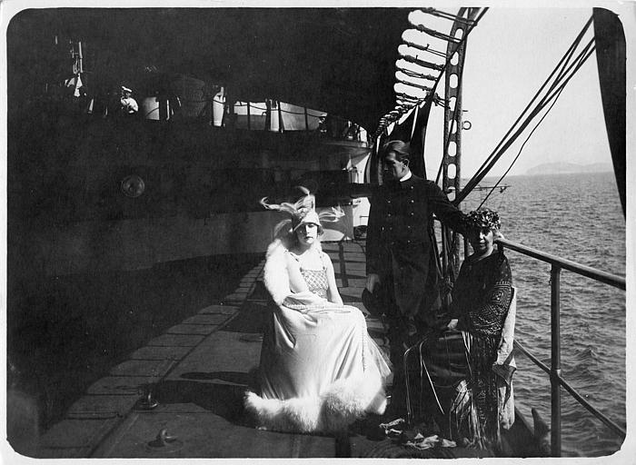 Nathalie Kovanko dans le rôle d'Hélène, accompagnée d'un couple sur le pont d'un bateau dans 'Jean d'Agrève' de René Leprince
