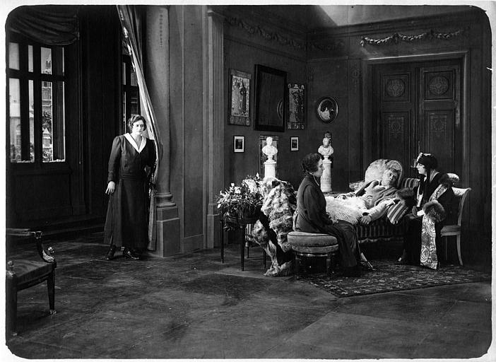 Un homme couché dans un lit, l'air malade, entouré de trois femmes dont Nathalie Kovanko qui interprète Hélène dans 'Jean d'Agrève' de René Leprince