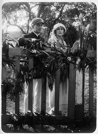 Nathalie Kovanko dans le rôle d'Hélène et un officier derrière une palissade de bois dans 'Jean d'Agrève' de René Leprince