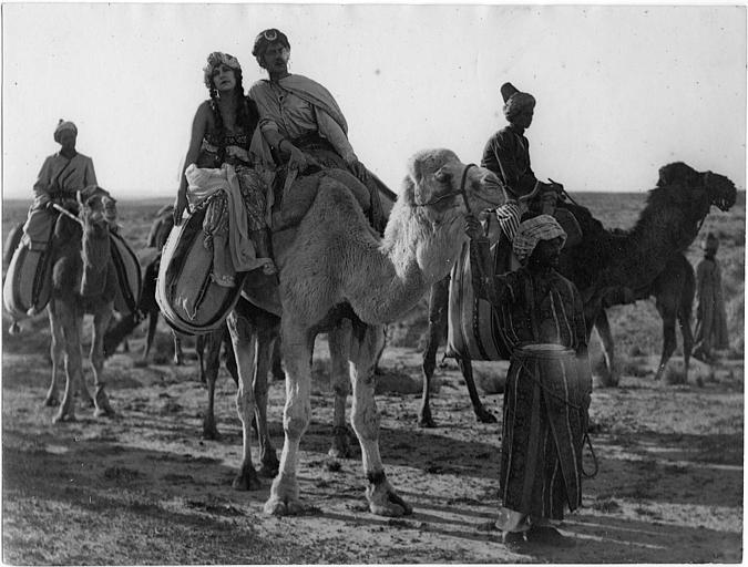Nathalie Kovanko et des nomades sur des chameaux dans le désert