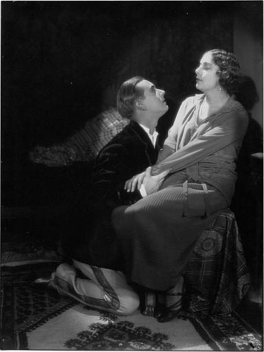 Nathalie Kovanko assise avec un homme à ses genoux dans 'Le prince charmant' de Viktor Tourjansky