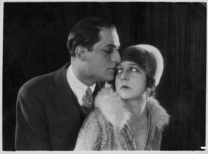 Nathalie Kovanko avec un homme l'embrassant sur le front