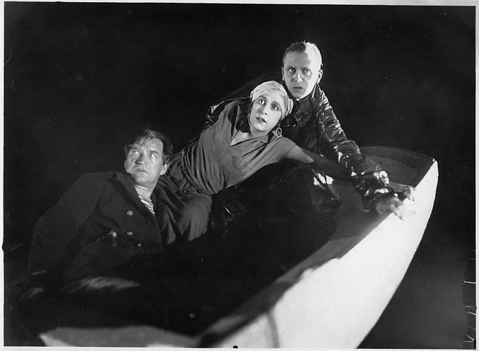 Nathalie Kovanko et deux hommes apeurés dans une barque