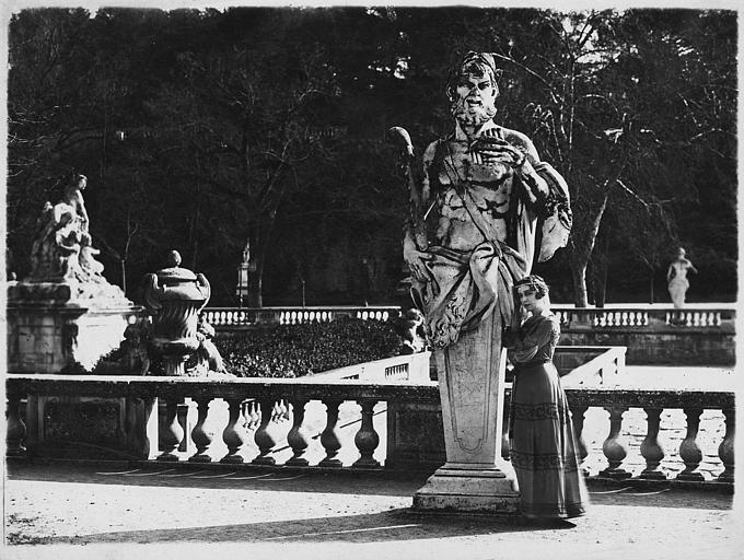 Nathalie Kovanko près d'une statue dans un jardin