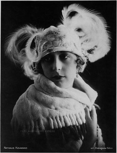 Portrait de Nathalie Kovanko portant une coiffe à plumes et une écharpe en fourrure (Studio Pathé Consortium Cinéma)