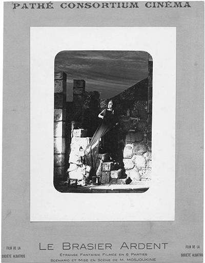 Nathalie Lissenko dans une scène de théâtre dans 'Le Brasier Ardent' de M. Mossoukine (Pathé Consortium Cinéma)