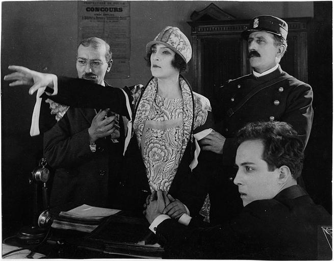 Dans un bureau de police, Nathalie Lissenko et Pierre Batcheff dans une scène pathétique dans 'Double amour' de Jean Epstein (Films Albatros)