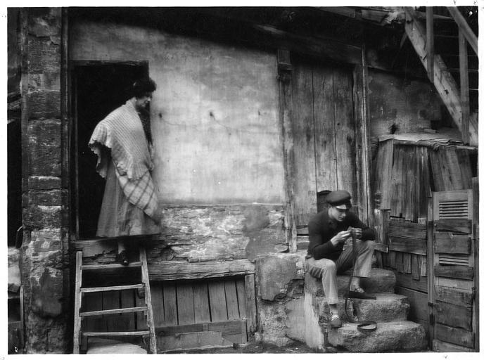 Nathalie Lissenko et Georges Charlia sur des marches à l'extérieur d'une habitation vétuste dans 'En rade' d'Alberto Calvacanti (Neo Film)