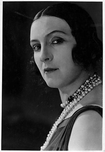 Portrait de Nathalie Lissenko portant des colliers de perles