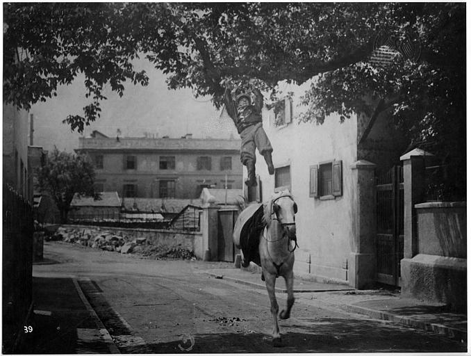 Cascade de Carlo Aldini s'accrochant à une branche depuis son cheval dans 'Jagd auf Menschen' de Nunzio Malasomma