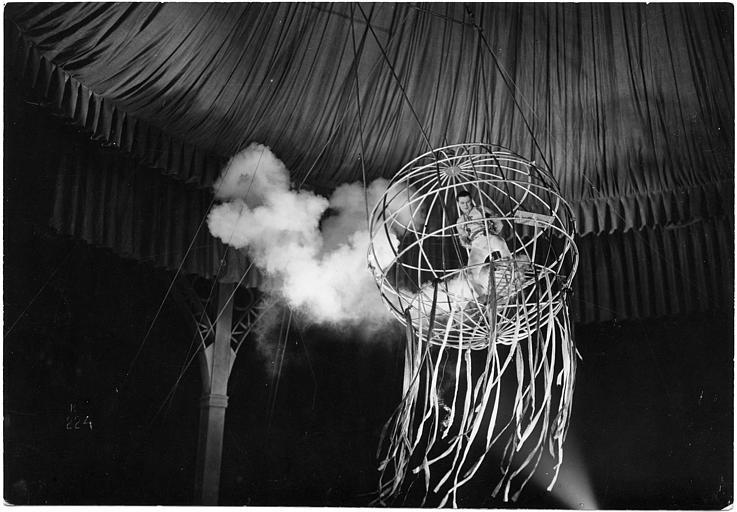 Luciano Albertini dans une sphère élevée sous un chapiteau