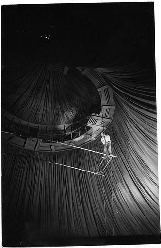 Luciano Albertini jouant Silvio Spaventa sur un trapèze sous chapiteau dans ' Der Unüberwindliche'