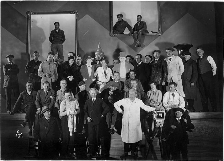 L'équipe de tournage avec Luciano Albertini autour de deux panneaux de bois à l'effigie des héros du film
