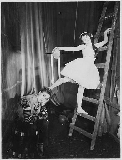 Une danseuse sur une échelle près d'un trapèze et Jaques Catelain assis, pensif dans 'La galerie des monstres' de Jacques Catelain (FI Cinegraphic)