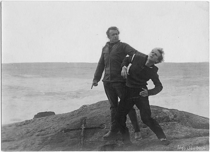Roger Karl jouant Nolff rudoyant Jaques Catelain jouant Michel au bord d'une falaise dans 'L'homme du large' de Marcel L'Herbier (Gaumont)
