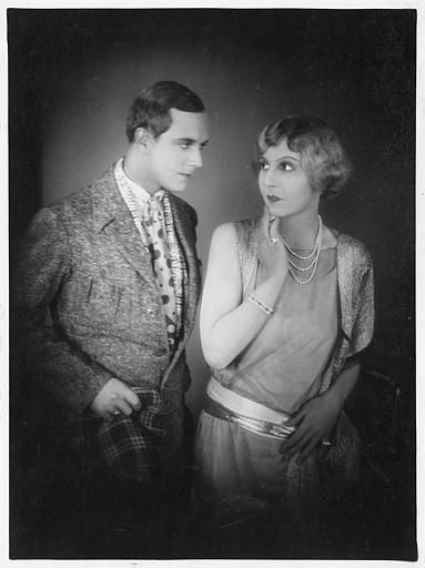 Jaques Catelain interprète Mylord et Lia Eibenschuntz interprète Winnie, tous deux se regardant dans les yeux dans 'Paname n'est pas Paris' de Nikolai Malikoff