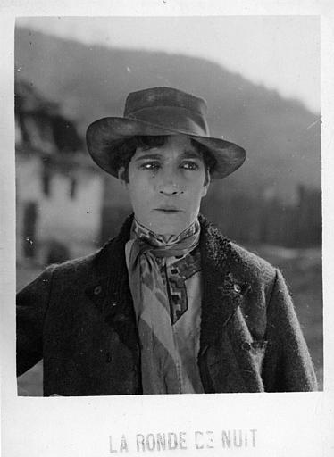 Portrait de Léon Bary les larmes aux yeux dans 'La ronde de nuit' de Marcel Silver