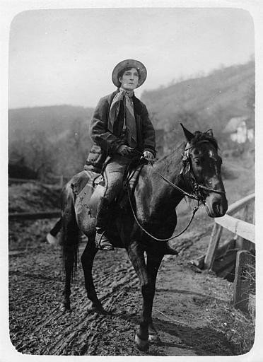 Léon Bary à cheval dans 'La ronde de nuit' de de Marcel Silver