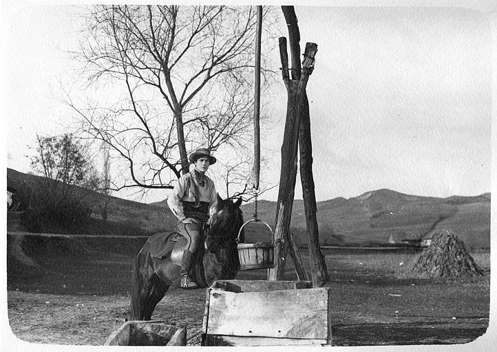 Léon Bary à cheval devant un puits dans 'La ronde de nuit' de Marcel Silver