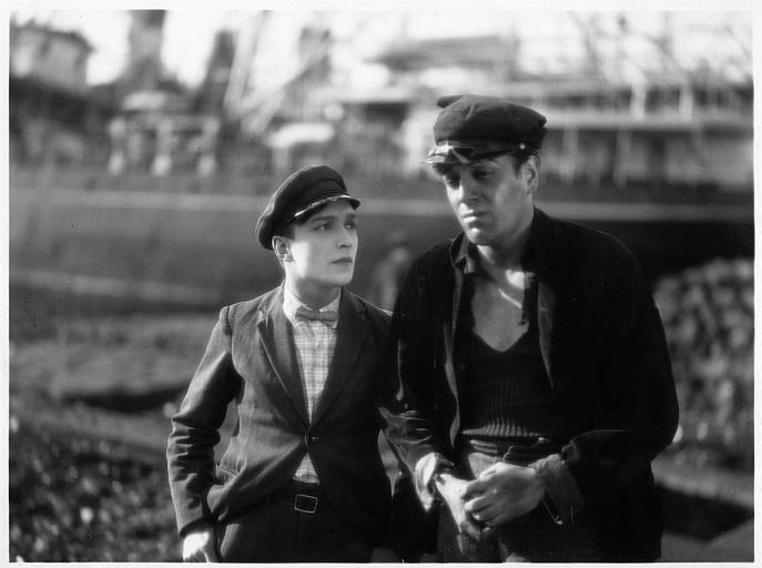 Deux hommes tristes portant une casquette dans 'En rade' d'Alberto Calvacanti