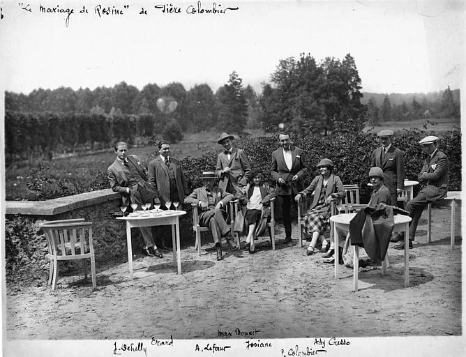 L'équipe du 'Mariage de Rosine' de Pierre Colombier posant dehors, à l'hôtellerie de Quigneville (la Ferté-Alais) : Melle Ady Cresso, Pierre Colombier, Jean Dehelly, Max Bonnet, Erard, Josiane et André Lefaur