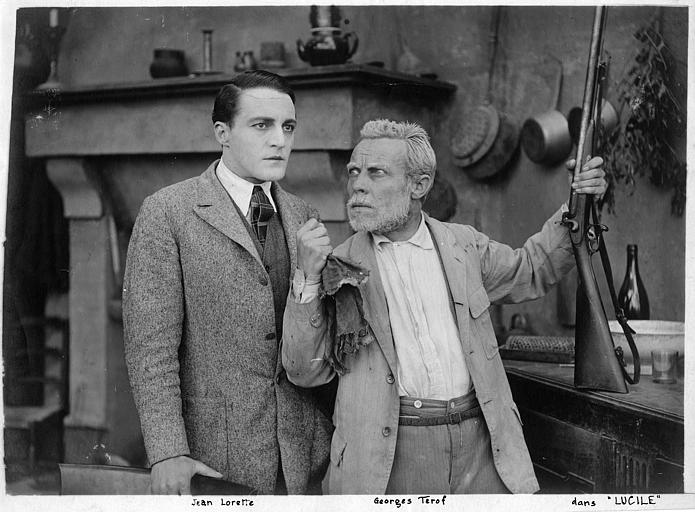 Georges Terof portant un fusil discute avec Jean Lorette dans 'Lucile' de Georges Monca