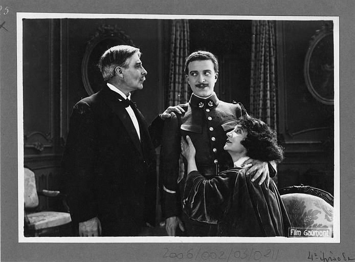 Aimé Simon-Girard en uniforme de soldat félicité par un couple plus âgé (Gaumont)