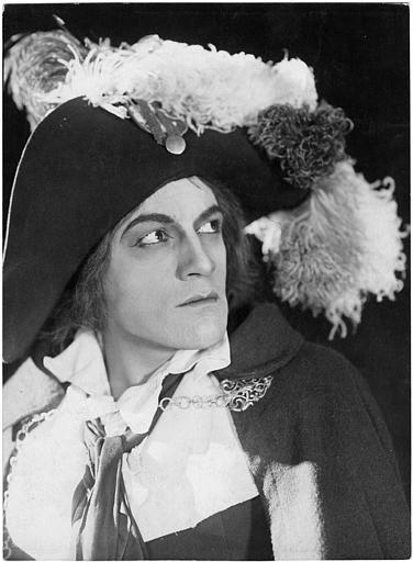 Portrait de Philippe Hériat dans le rôle de Antonio Salicetti portant un large chapeau à plume dans 'Napoléon' d'Abel Gance