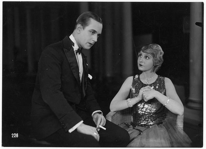 Colette Jehl discutant avec Jacques Catelain portant un noeud papillon