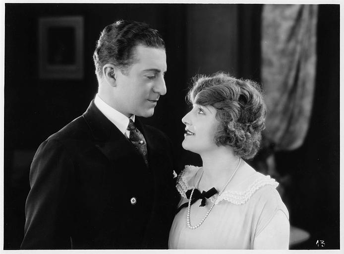 Aimé Simon-Girard, dans le rôle de Jacques de la Ferlandière, et Eliane De Creus se souriant et se regardant dans les yeux dans 'La grande amie' de Max de Rieux