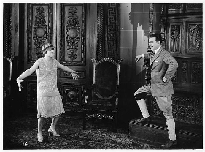 Aimé Simon-Girard, dans le rôle de Jacques de la Ferlandière, riant à cause d'une jeune fille faisant une mimique amusante dans 'La grande amie' de Max de Rieux