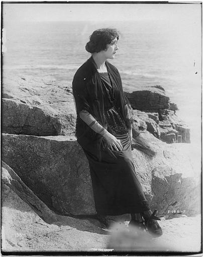 Lina Cavalieri dans le rôle de Diana di Marchesi est assise sur un rocher au bord de la mer dans 'The two brides' d'Edward José
