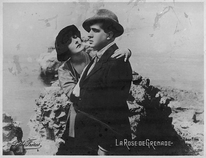 Lina Cavalieri et Lucien Muratore au bord de la mer se prenant dans les bras dans 'La rose de Grenade' d'Emilio Ghione (Pathé)