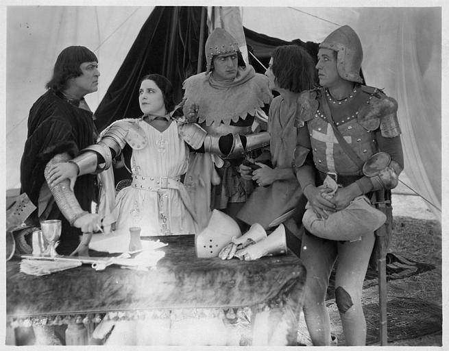 Géraldine Farrar dans le rôle de Jeanne d'Arc est entourée de quatre hommes dans 'Jeanne d'Arc' de Cecil B. DeMille (Great Photoplay Production)