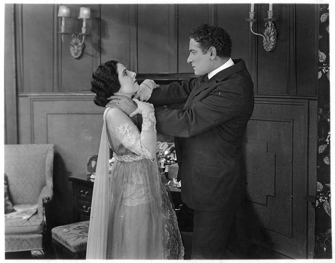 Un homme tentant d'étrangler Géraldine Farrar dans 'Shadows' de Reginald Barker (Goldwyn)